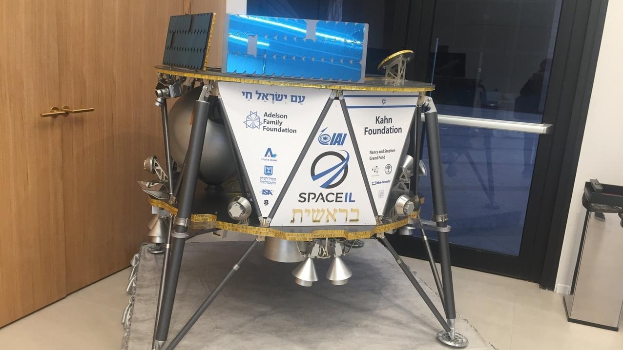 Ein Modell des israelischen Raumfahrzeugs Beresheet der israelischen Organisation SpaceIL in Ramat Gan. Die Mondsonde startete am 22.02.2019 ins All
