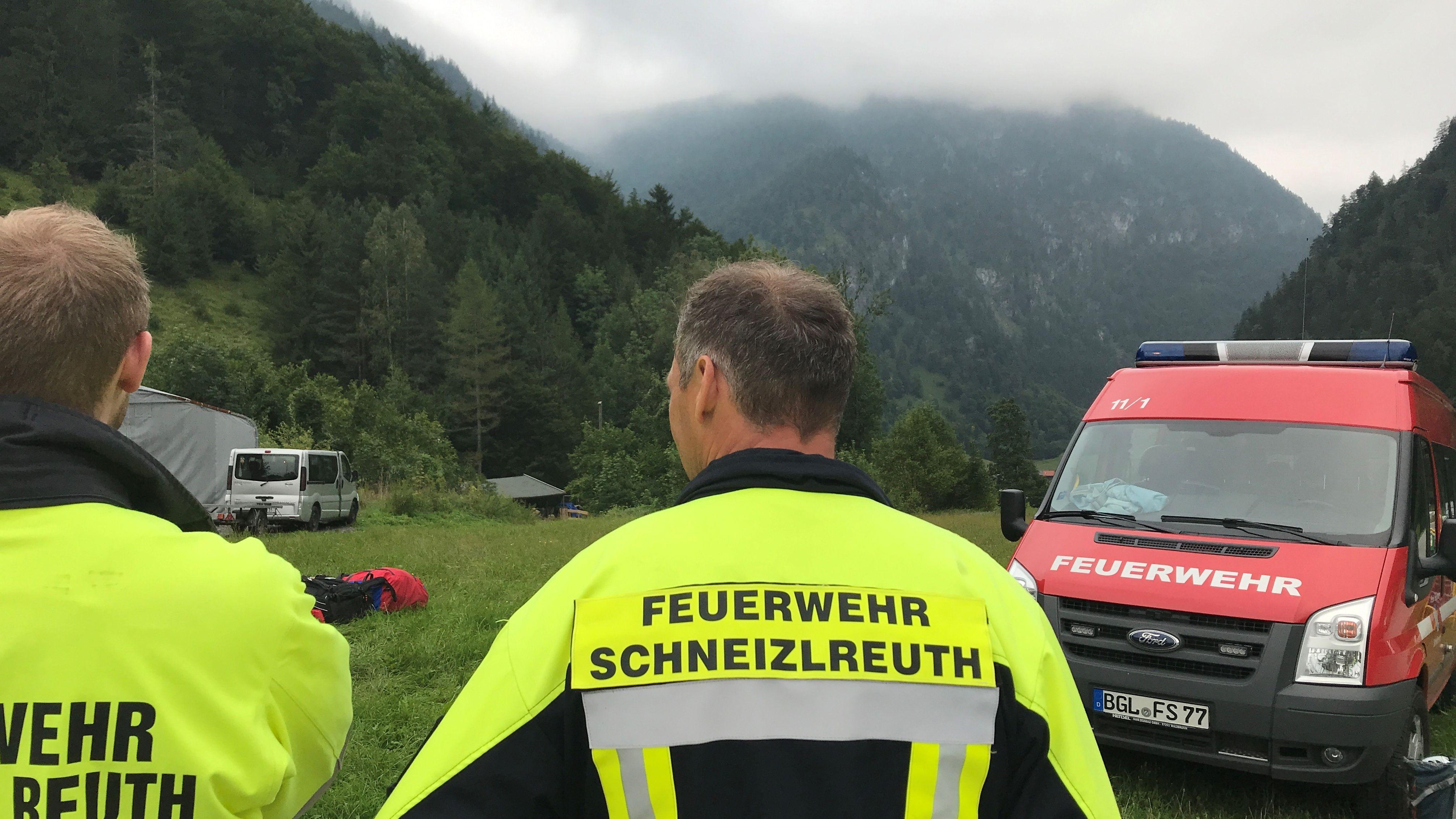 Einsatzkräfte der Feuerwher Schneizlreuth im vermuteten Absturzgebiet am Bogenhorn
