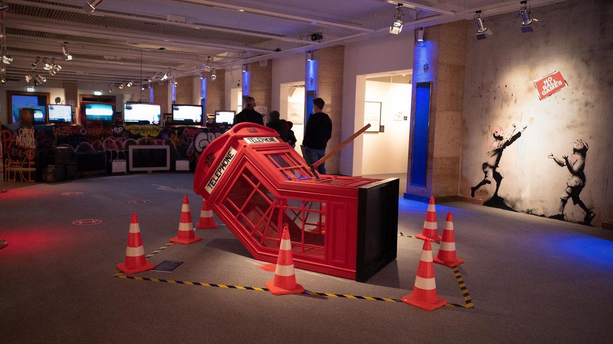 """Skulptur """"Tod einer Telefonzelle""""."""