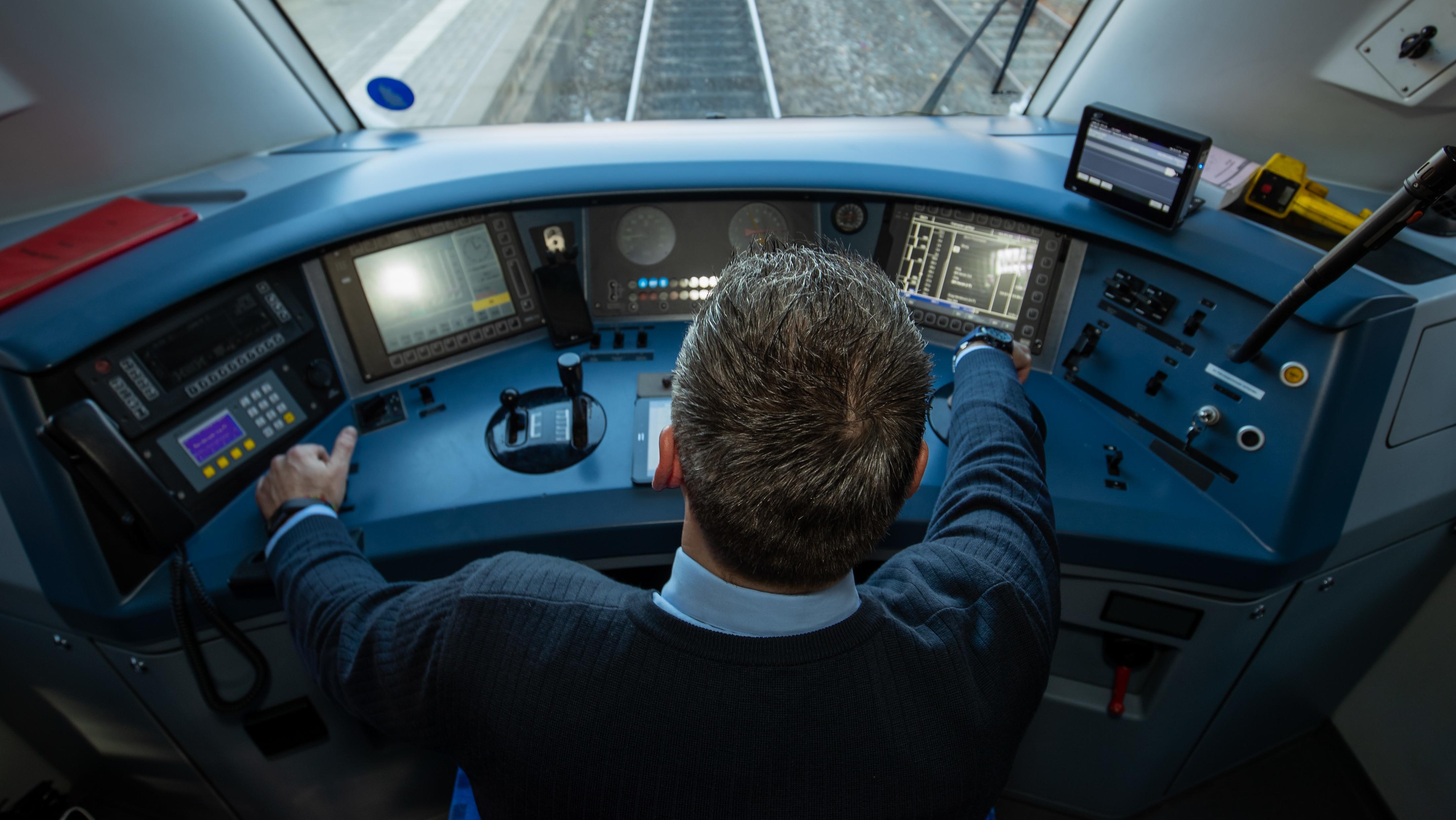 Lokführer in einem Diesel-Triebwagen der DB