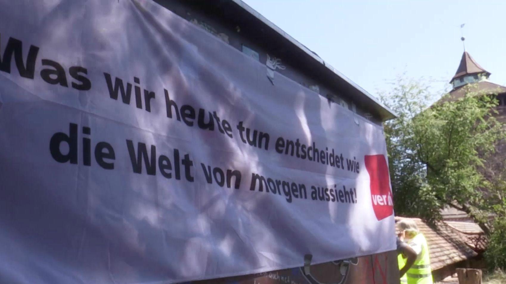"""Plakat mit der Aufschrift: """"Was wir heute tun, entscheidet, wie die Welt von morgen aussieht."""""""
