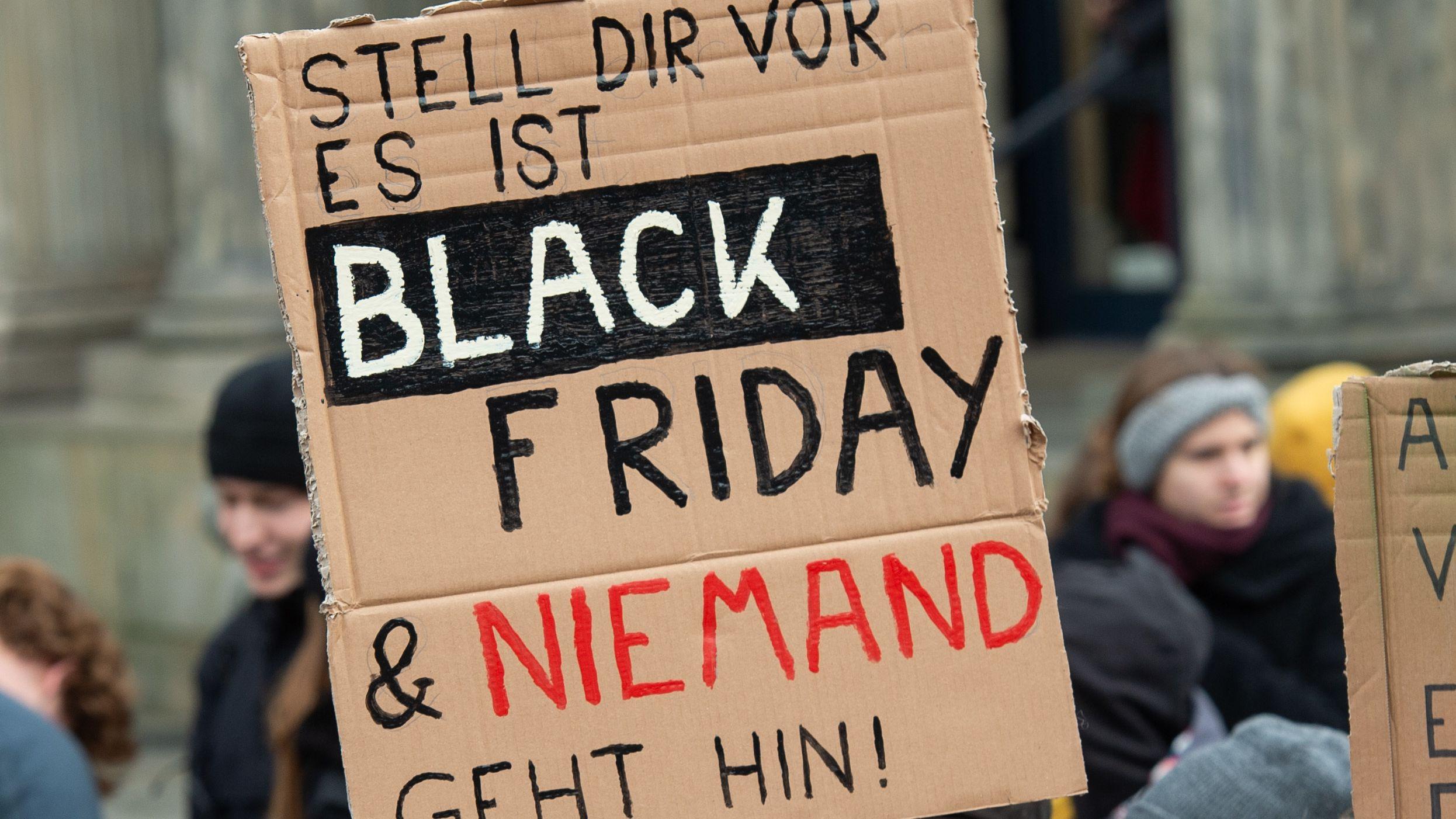 """Eine Demonstrantin hält ein Schild mit der Aufschrift """"Stell dir vor es ist Black Friday & niemand geht hin!"""" bei einer Kundgebung von Fridays For Future zum globalen Aktionstag für mehr Klimaschutz."""