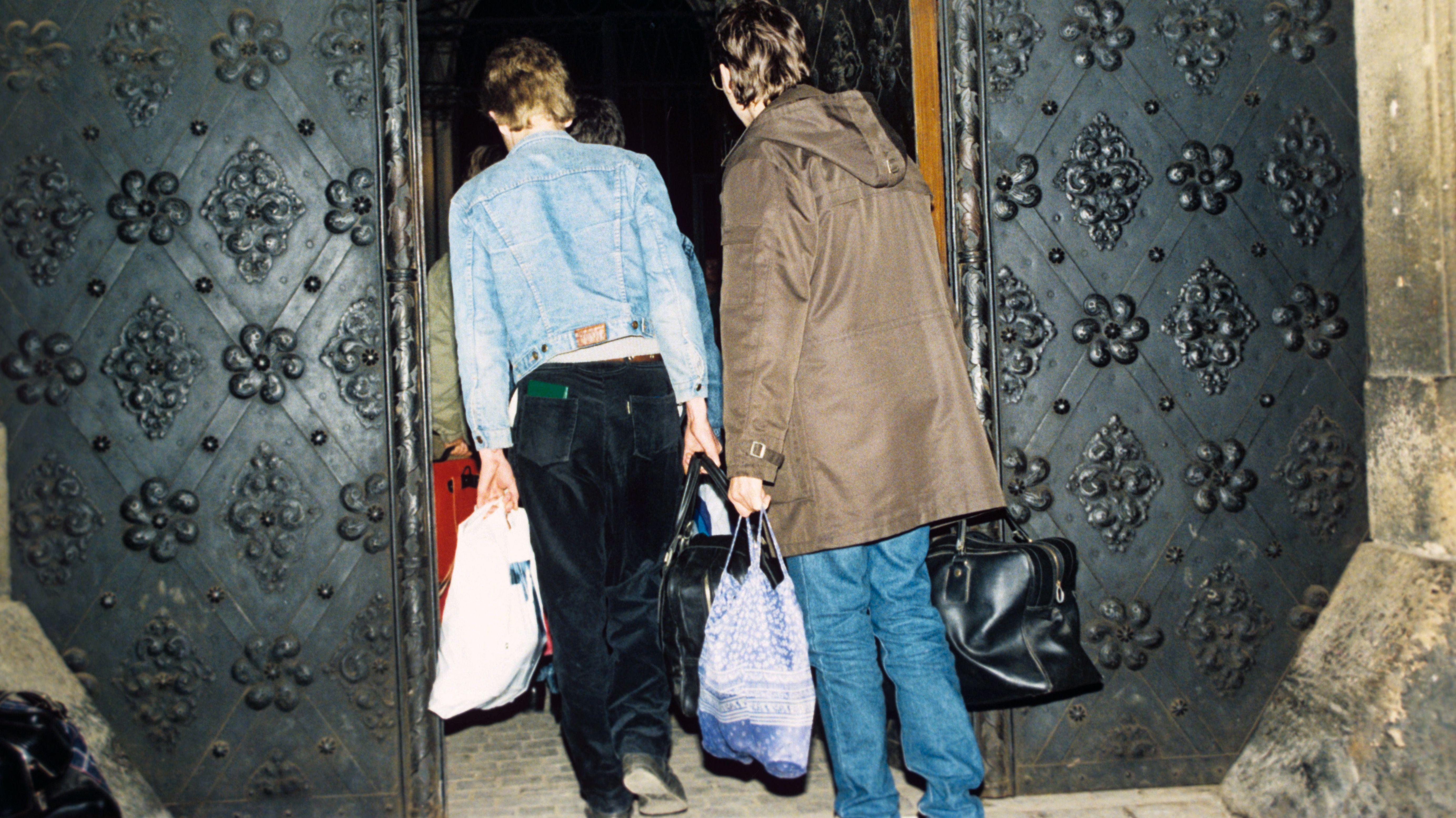 Zwei DDR-Bürger verlassen die Prager Botschaft.