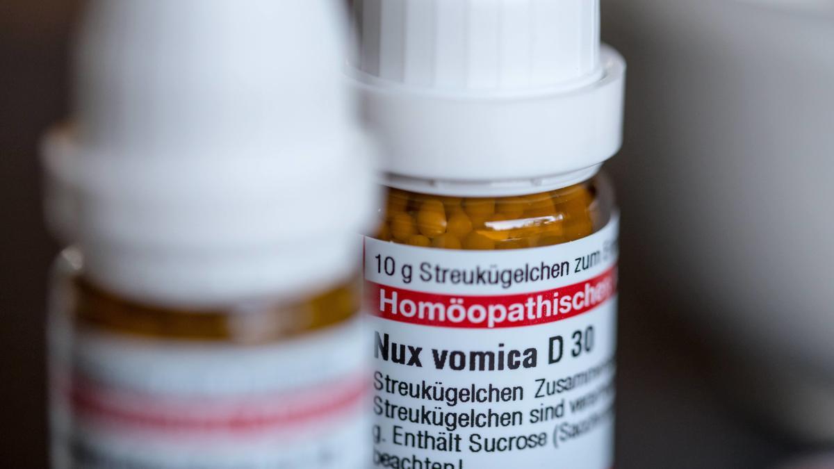 Homöopathische Globuli in Glasfläschchen