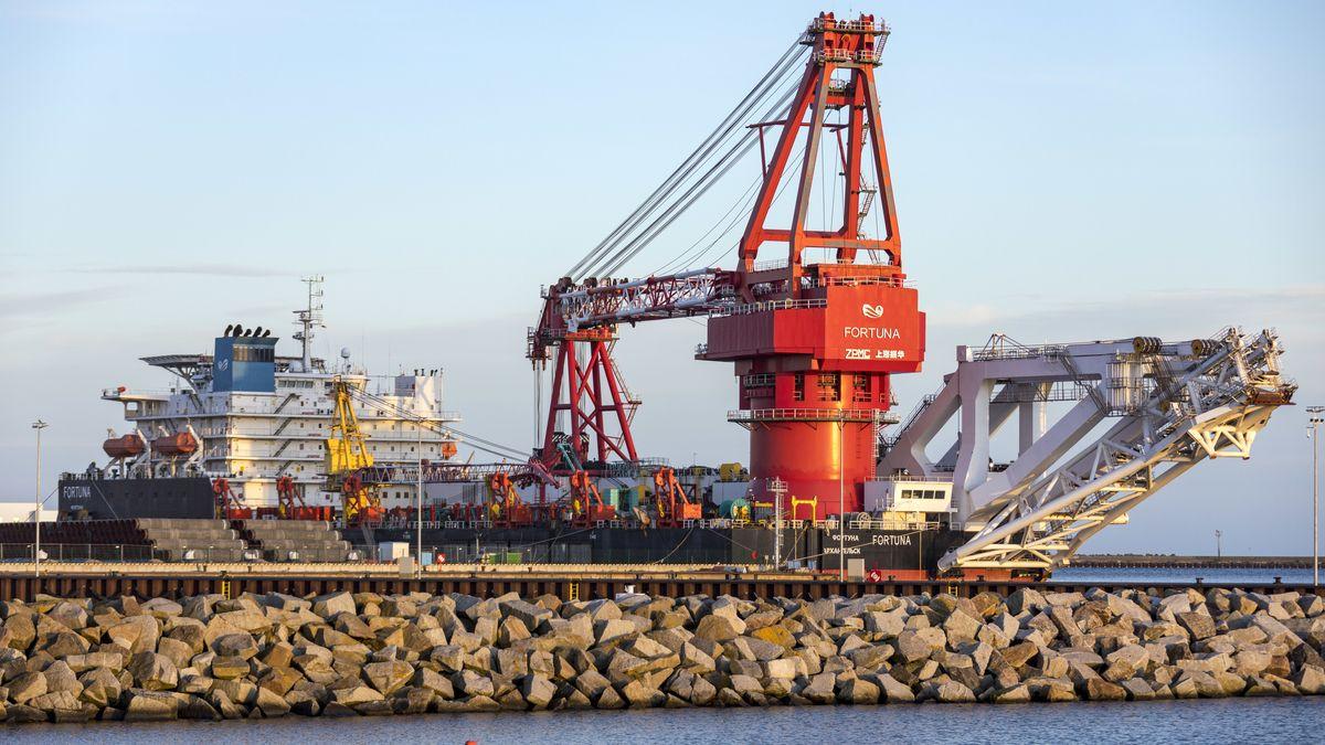"""Das russische Verlegeschiff """"Fortuna"""" wartet auf den Weiterbau der Gas-Pipeline Nord Stream 2."""