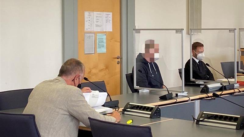 Im Regensburger Gerichtssaal sitzen ein Gutachter, der Angeklagte und dessen Anwalt