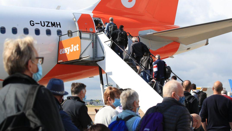 Passagiere steigen am Flughafen Gatwick zu einem easyjet-Flug nach Faro, Portugal.