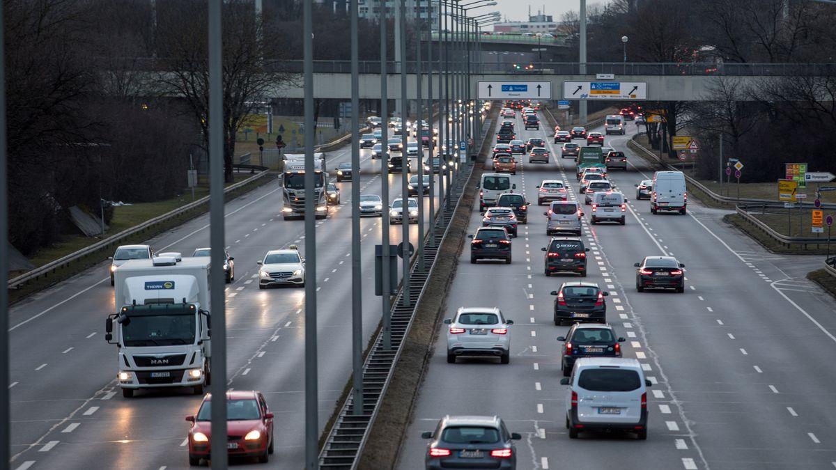 Stockender Verkehr auf dem Mittleren Ring in München.