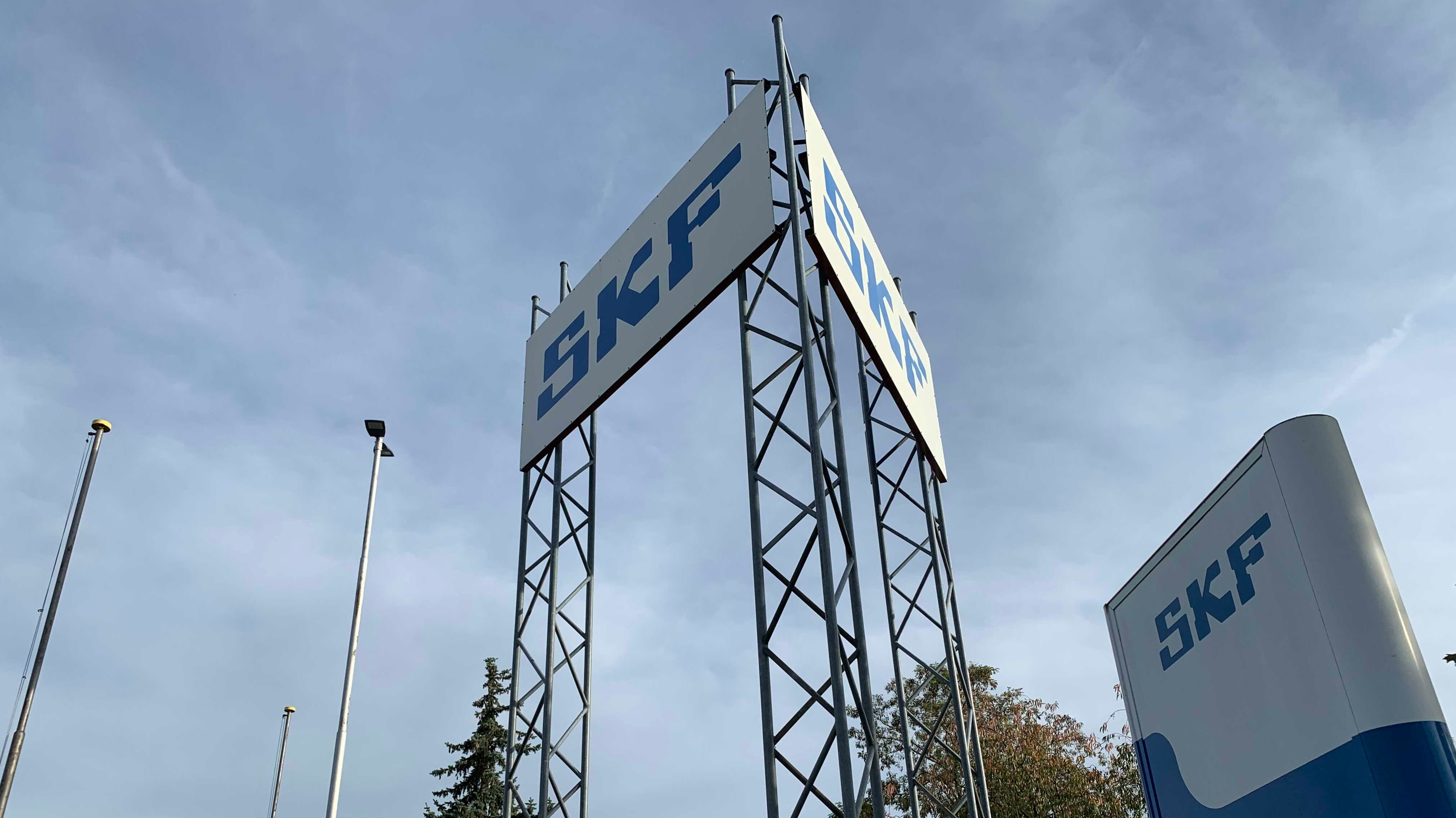 Große Werbetafeln der Firma SKF vor dem Firmengelände in Schweinfurt.