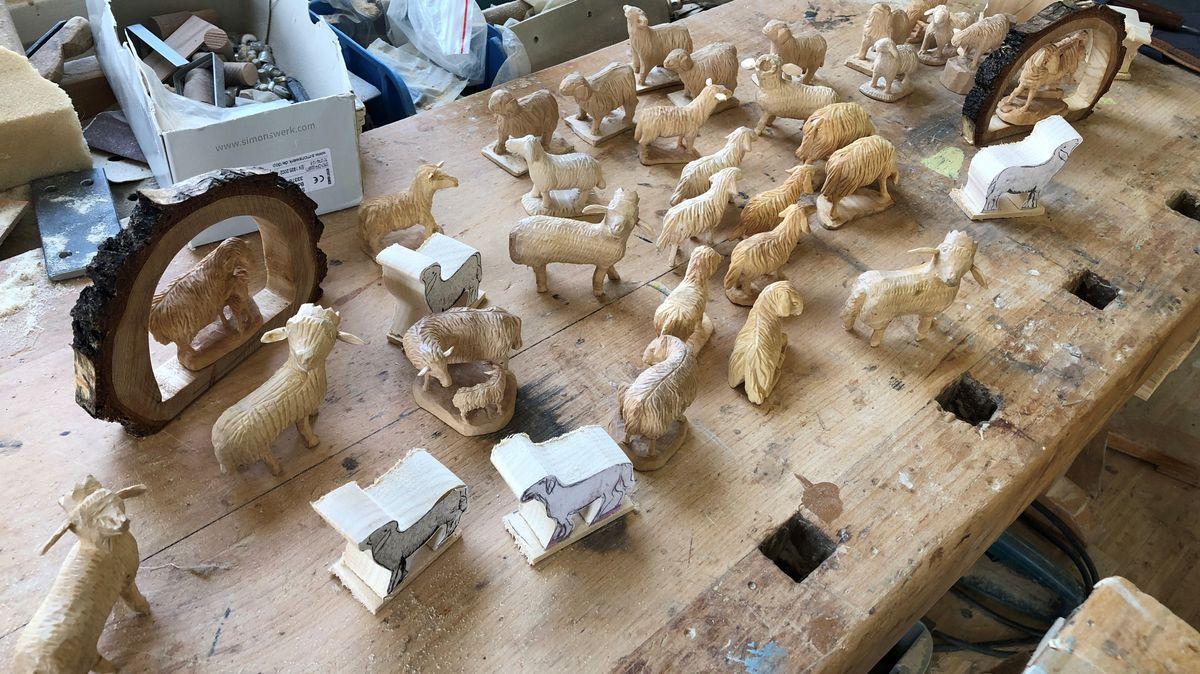 Geschnitzte Schafe auf einer Werkbank