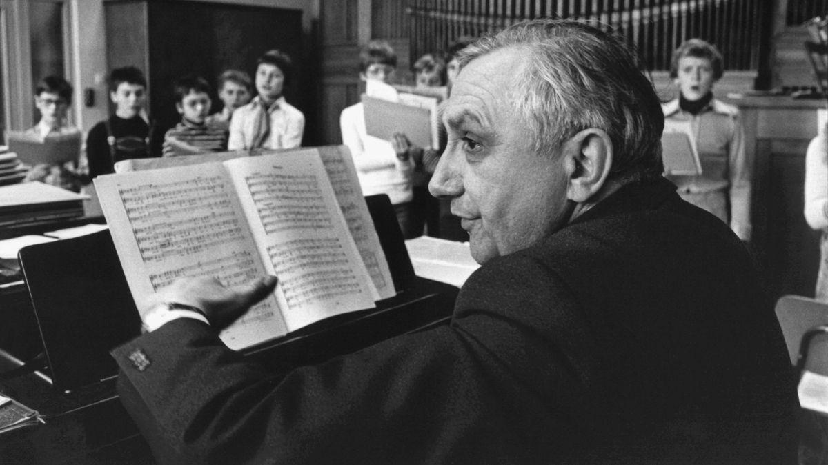Georg Ratzinger bei Chorproben mit den Domspatzen. das Foto stammt aus den 1980er-Jahren.