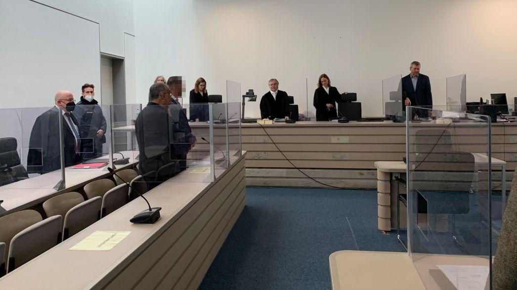 Im Gerichtsaal des Landgerichts Ingolstadt wird der mutmaßliche Mord in einem Internetcafé verhandelt.