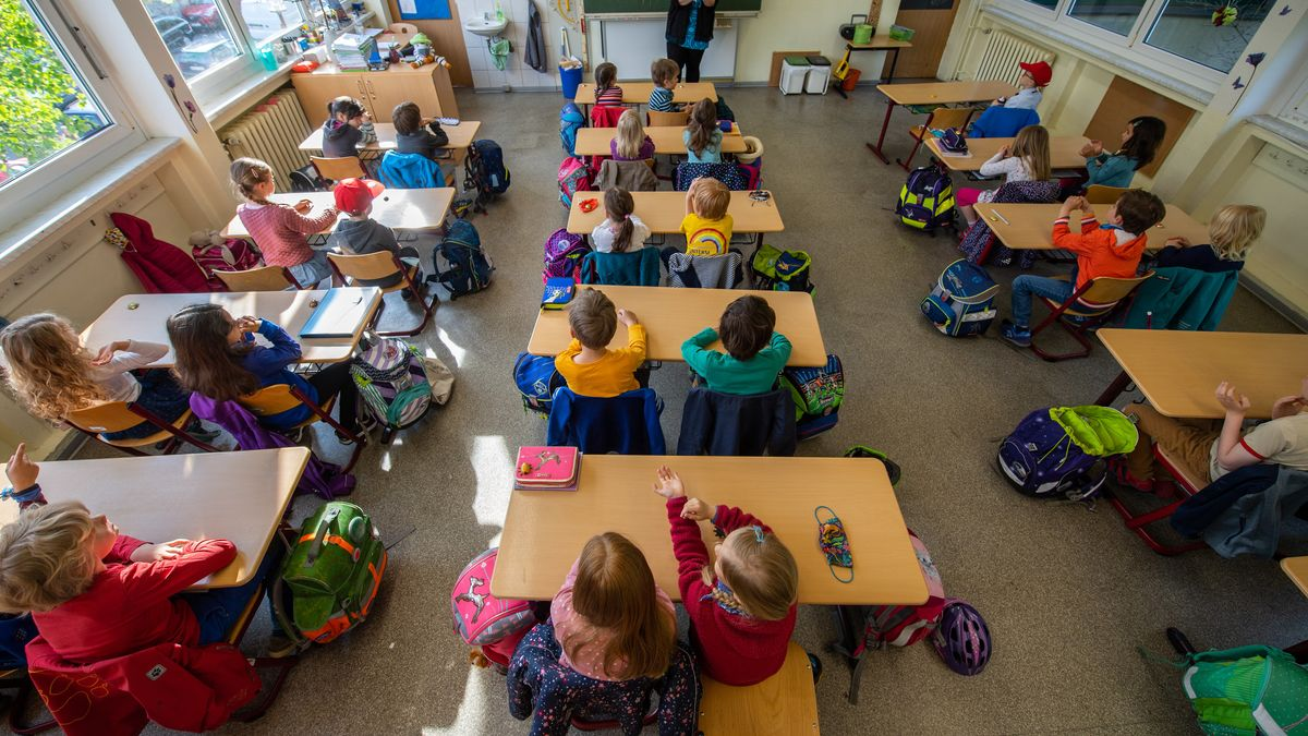 Grundschüler sitzen in einem Klassenzimmer