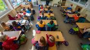 Grundschüler sitzen in einem Klassenzimmer | Bild:dpa-Bildfunk/Robert Michael