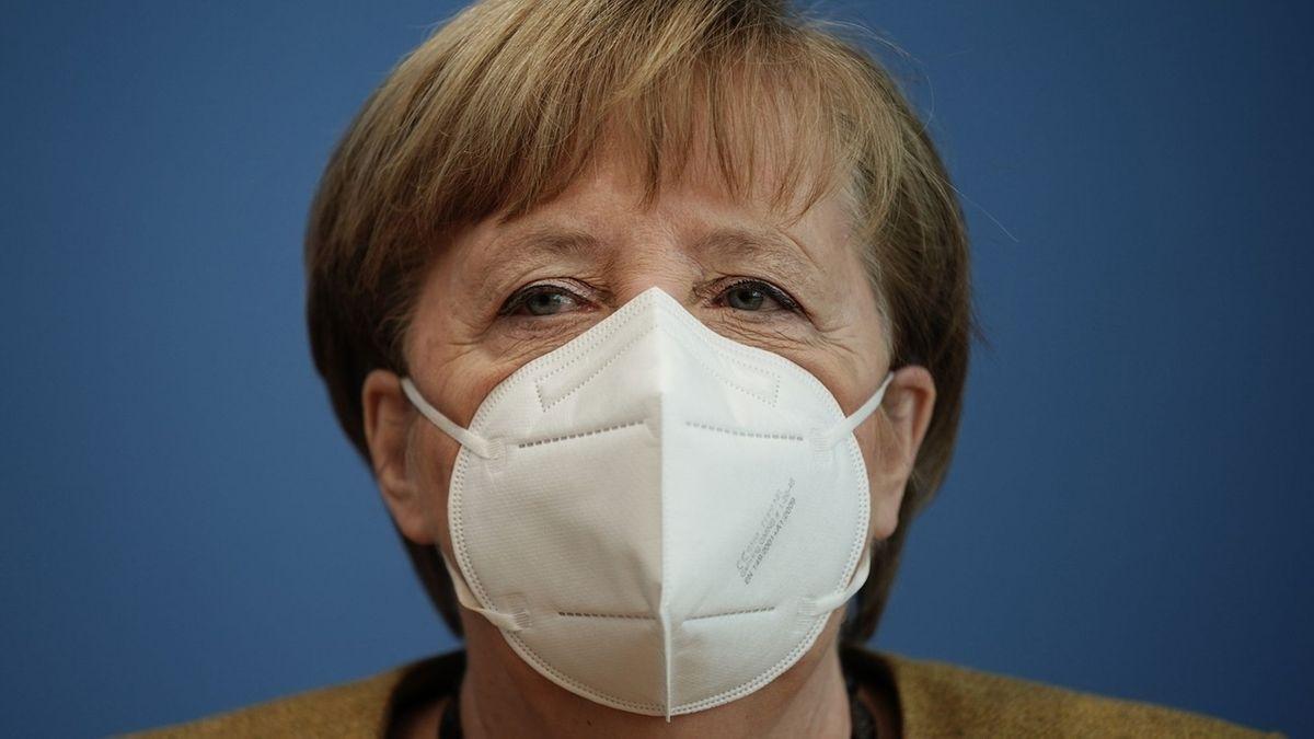 Bundeskanzlerin Angela Merkel mit Mundschutz schaut in die Kamera.