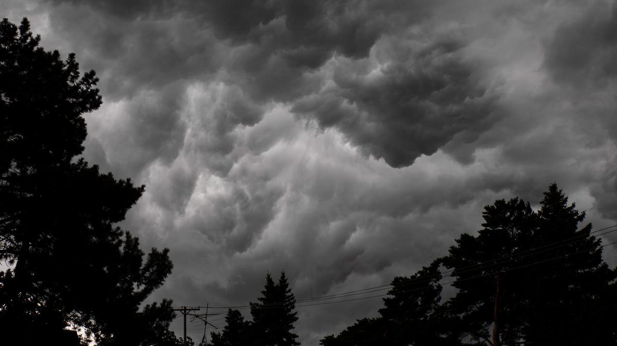 USA, Flint: Ein Sturm mit dunklen Wolken, starken Winden und einem Temperaturrückgang zieht über Flint, Michigan.