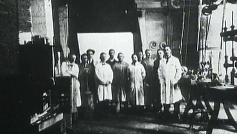 Tonfilmpionier Dr. Hans Vogt in seiner Werkstatt.