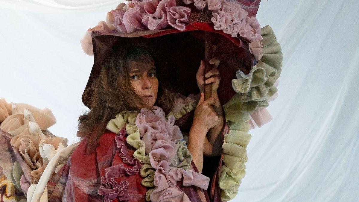 """Man sieht die Schauspielerin Maja Beckmann in einem Rüschenkostüm in """"Medea"""" am Züricher Schauspielhaus"""