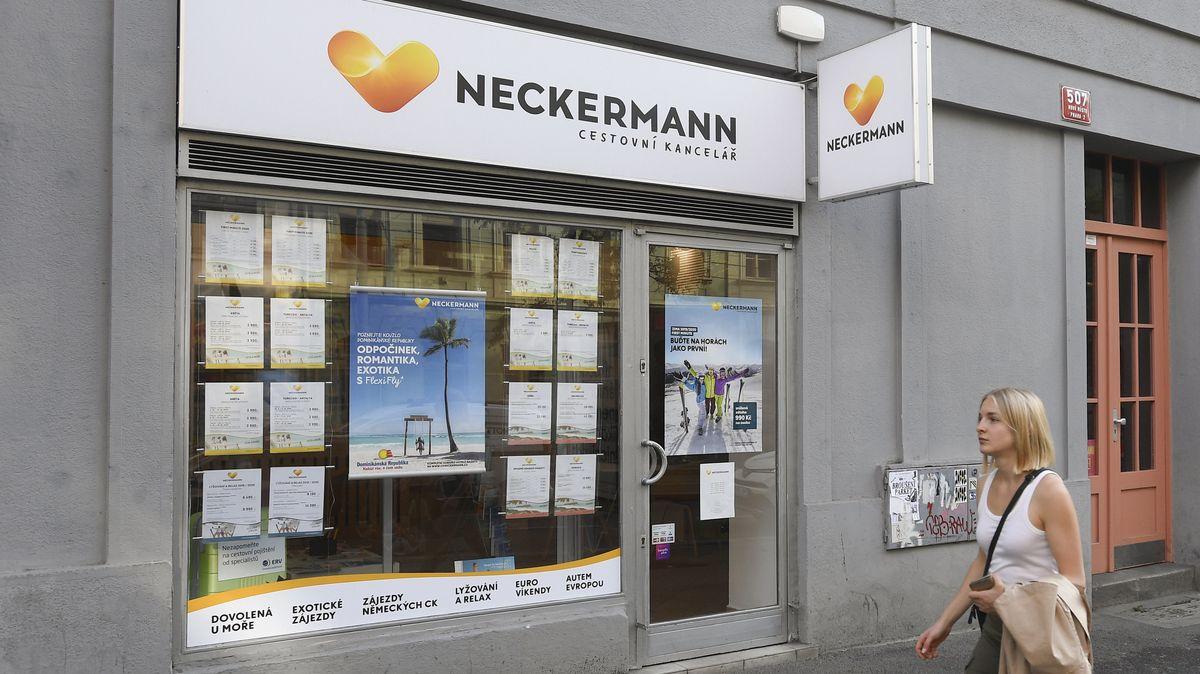 Eine Passantin geht in Prag an einem Neckermann-Reisebüro vorbei.