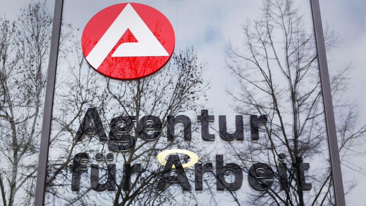 An einem Jobcenter der Agentur für Arbeit in Berlin ist das Logo der Agentur für Arbeit zu sehen