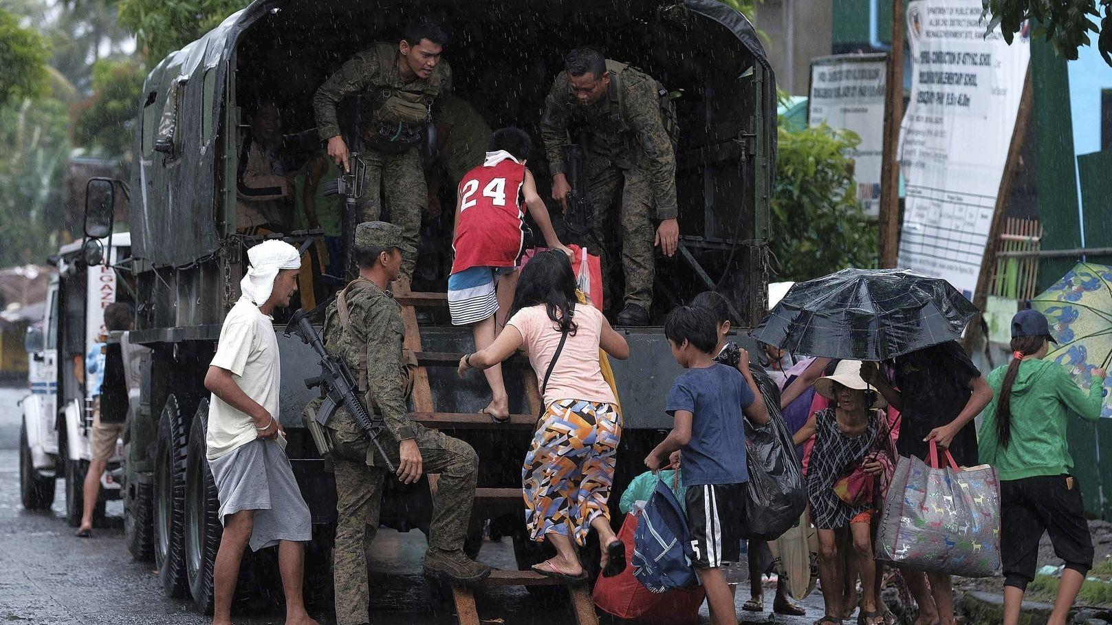 """Soldaten evakuieren Menschen vor dem Eintreffen von Taifun """"Kammuri""""."""