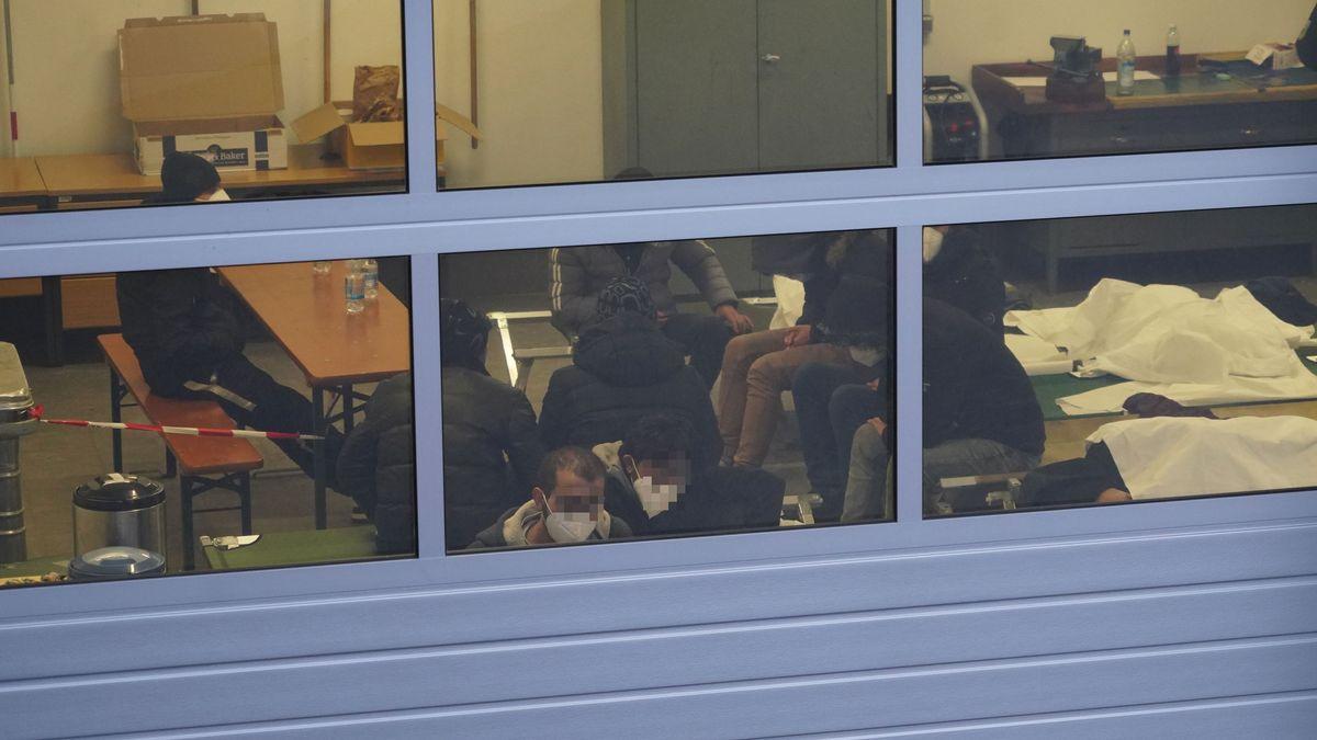 Die gestrandeten Migranten in der beheizten Großgarage der Bundespolizeiinspektion Waidhaus