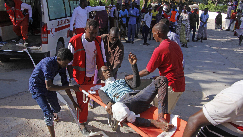 Medizinisches Personal trägt einen Zivilisten, der bei dem Autobombenanschlag verwundet wurde.