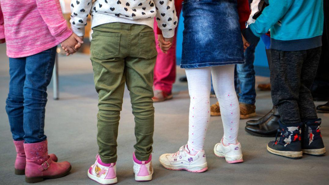 Kleine Kinder halten sich an den Händen (Symbolbild).