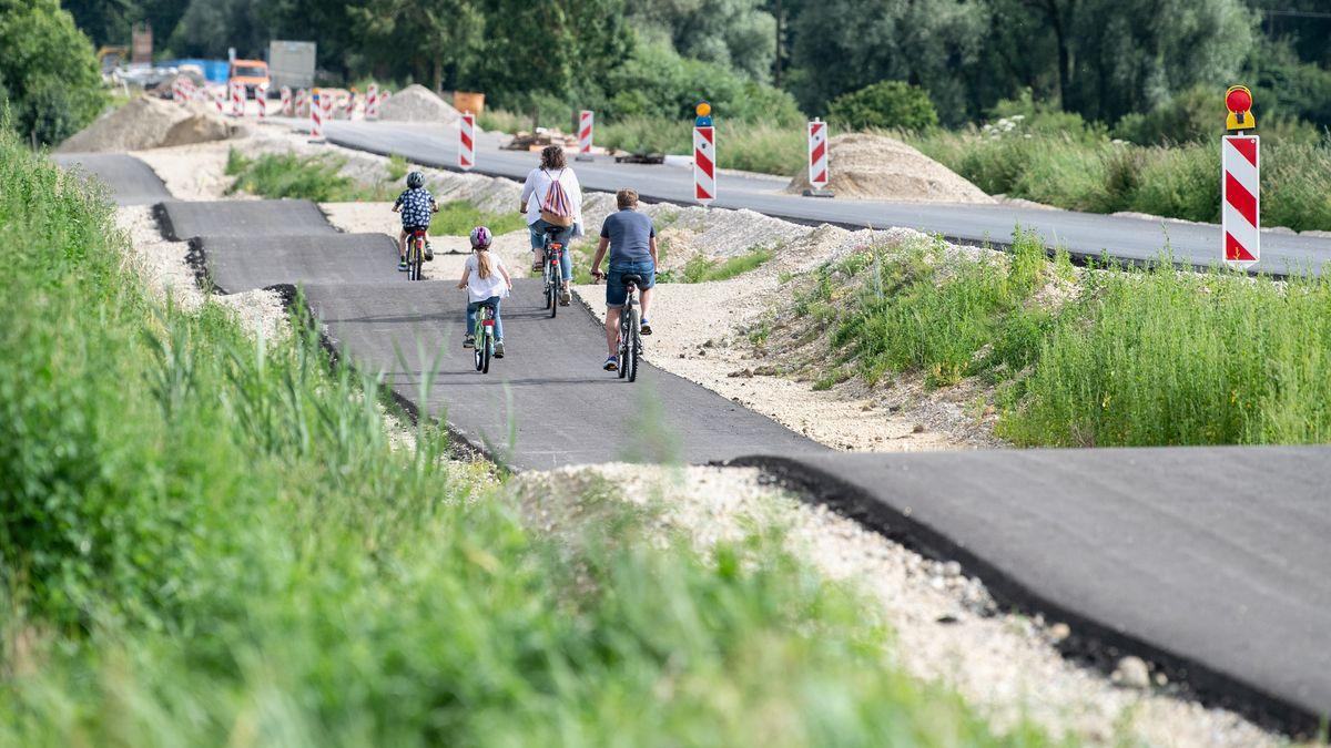 Der Radweg südlich von Kirchdorf a. d. Amper führt über fünf Buckel.