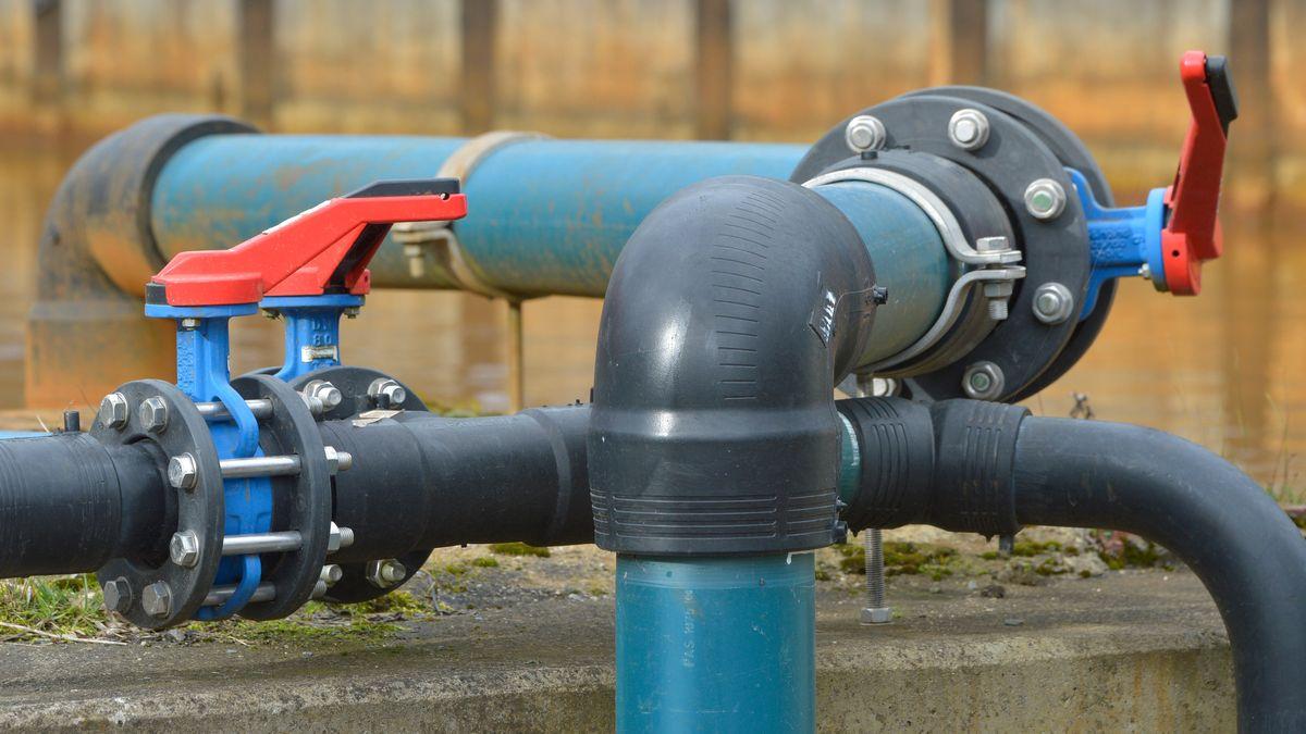 Absperrhähne an Wasserrohrleitungen in einem Wasserwerk