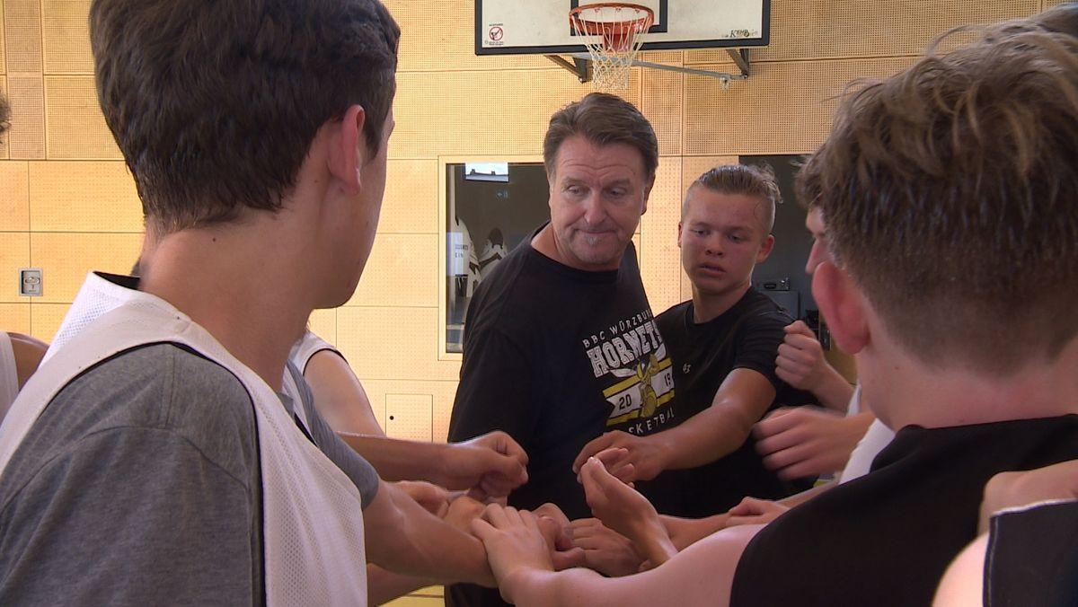Trainer Dirk Altenbeck und sein Team von den BBC Würzburg Hornets.