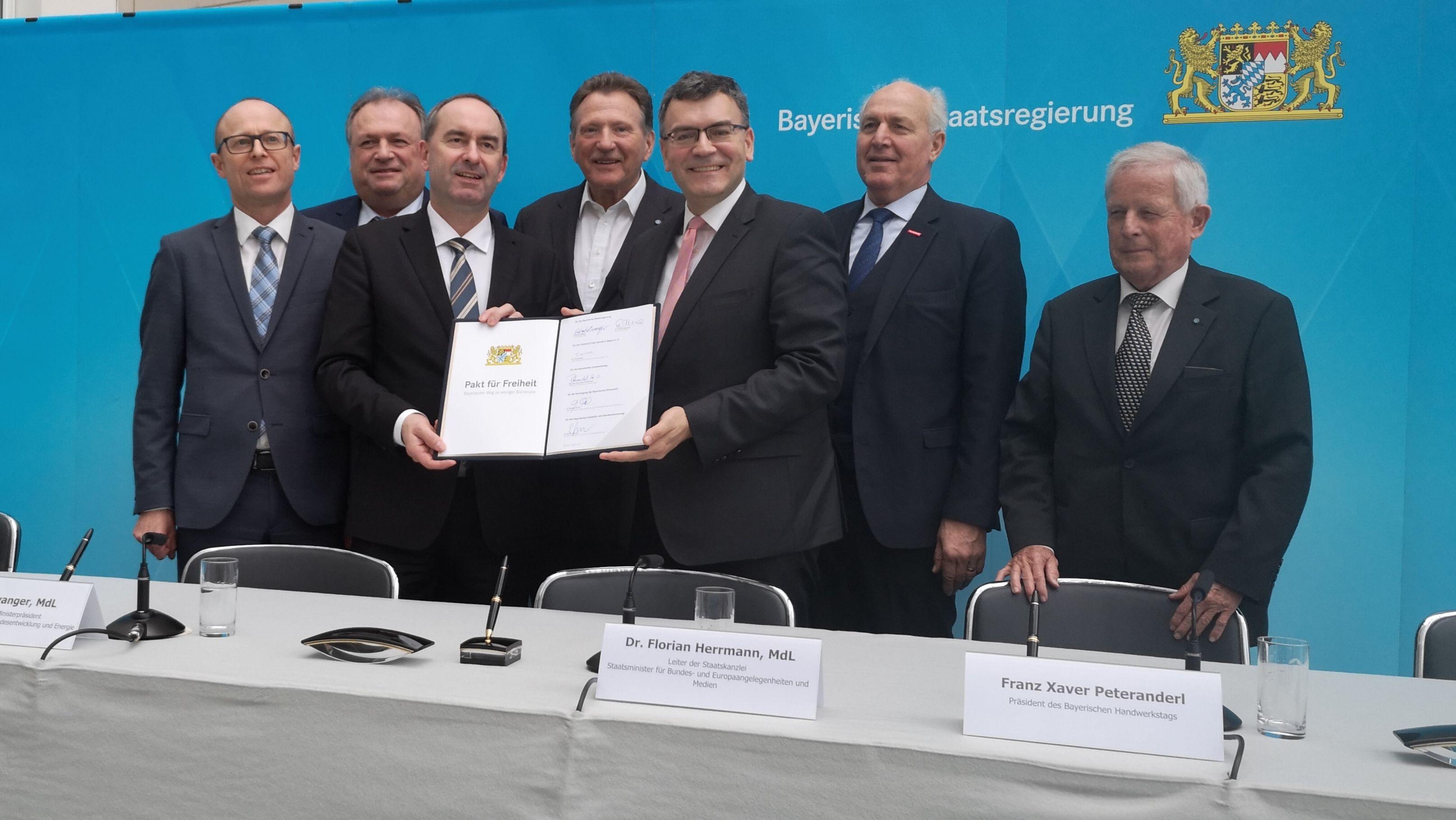 Pakt für Freiheit: Minister Aiwanger und Vertreter der bayerischen Wirtschaft bei der Unterzeichnung am Dienstag
