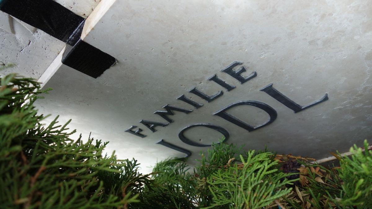 """Grabplatte mit der Aufschrift """"Familie Jodl""""."""