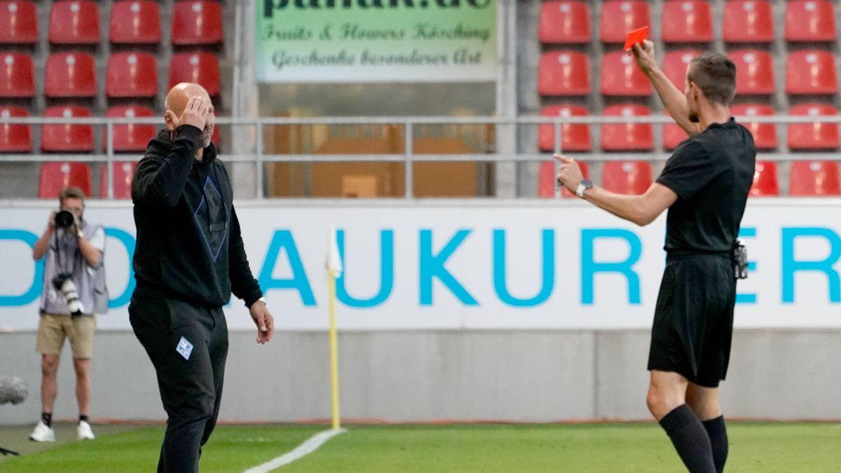 Mannheim-Trainer Bernhard Trares bekommt die Rote Karte