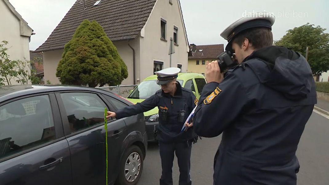 Polizisten nehmen den Schaden auf