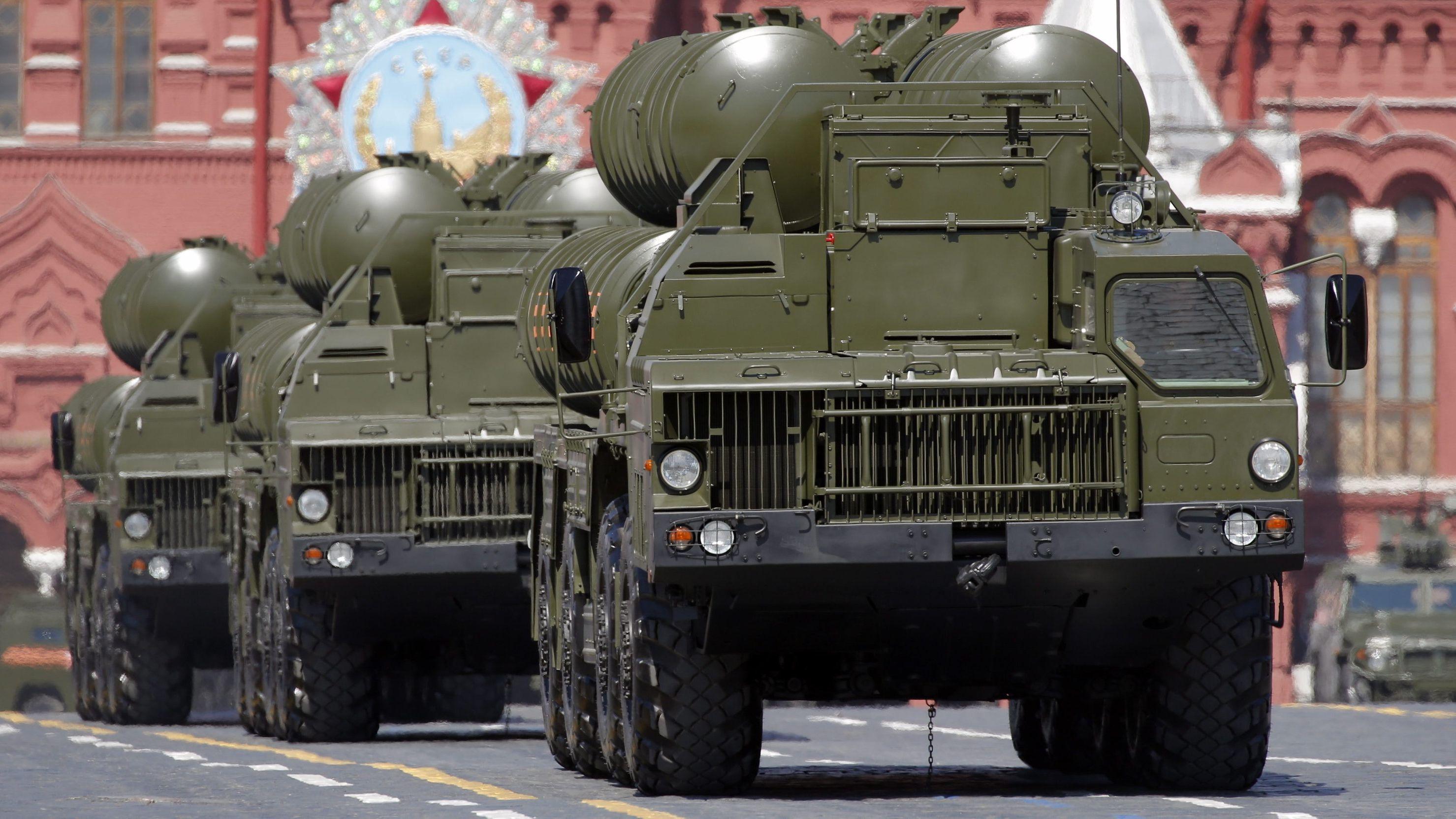 Lastwagen der russischenStreitkräfte mit dem Flugabwehrsystem S-400 fahren über den Roten Platz.