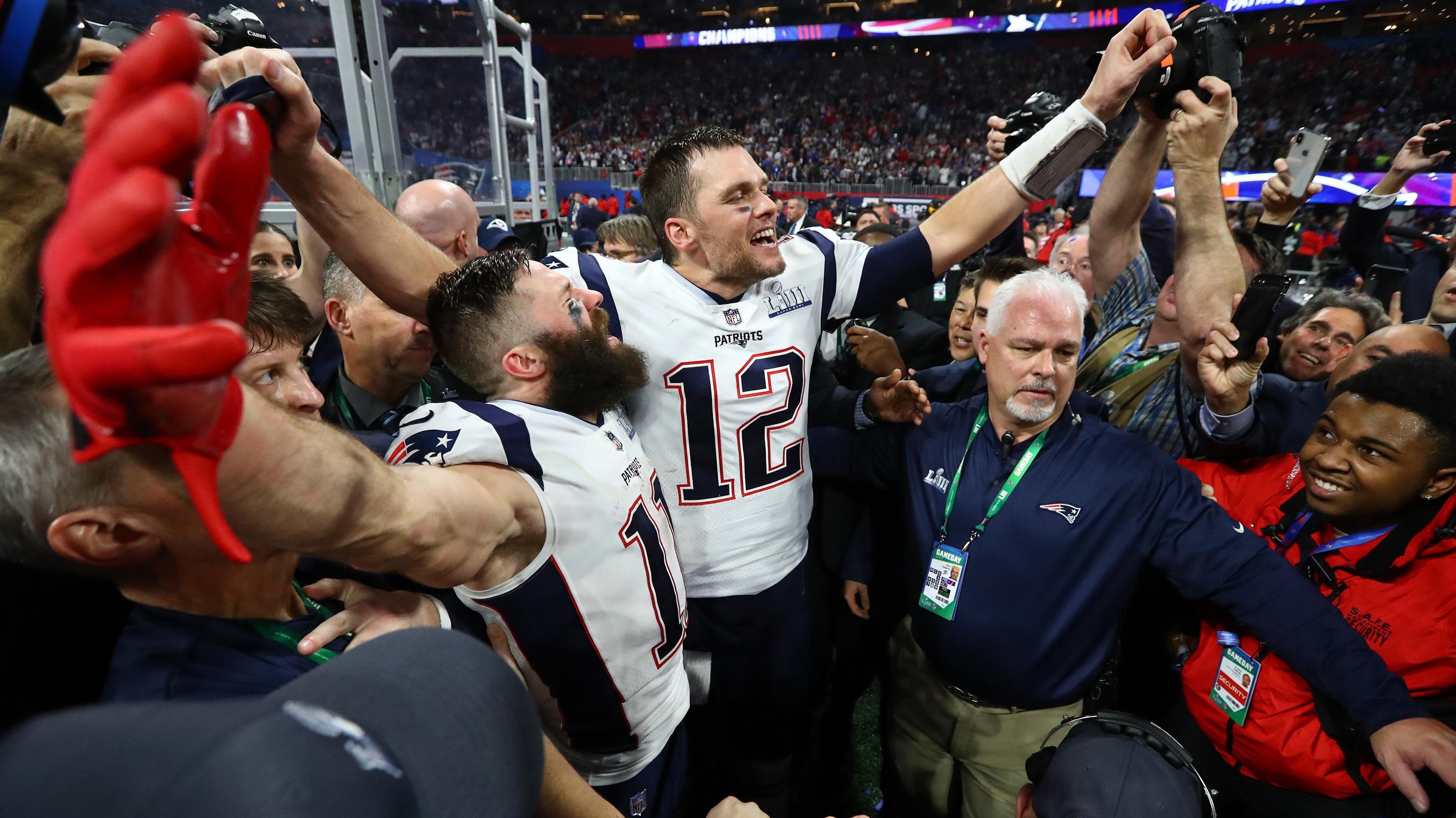 Atlanta: Julian Edelman (11) und Tom Brady (12) von den New England Patriots feiern den Sieg gegen die Los Angeles Rams