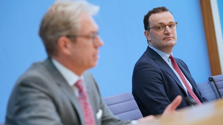Bundesgesundheitsminister Jens Spahn (CDU) (r.) und Andreas Gassen, Vorstandsvorsitzender Kassenärztliche Bundesvereinigung (KBV), bei der Bundespressekonferenz zum Impfstart in Hausarztpraxen