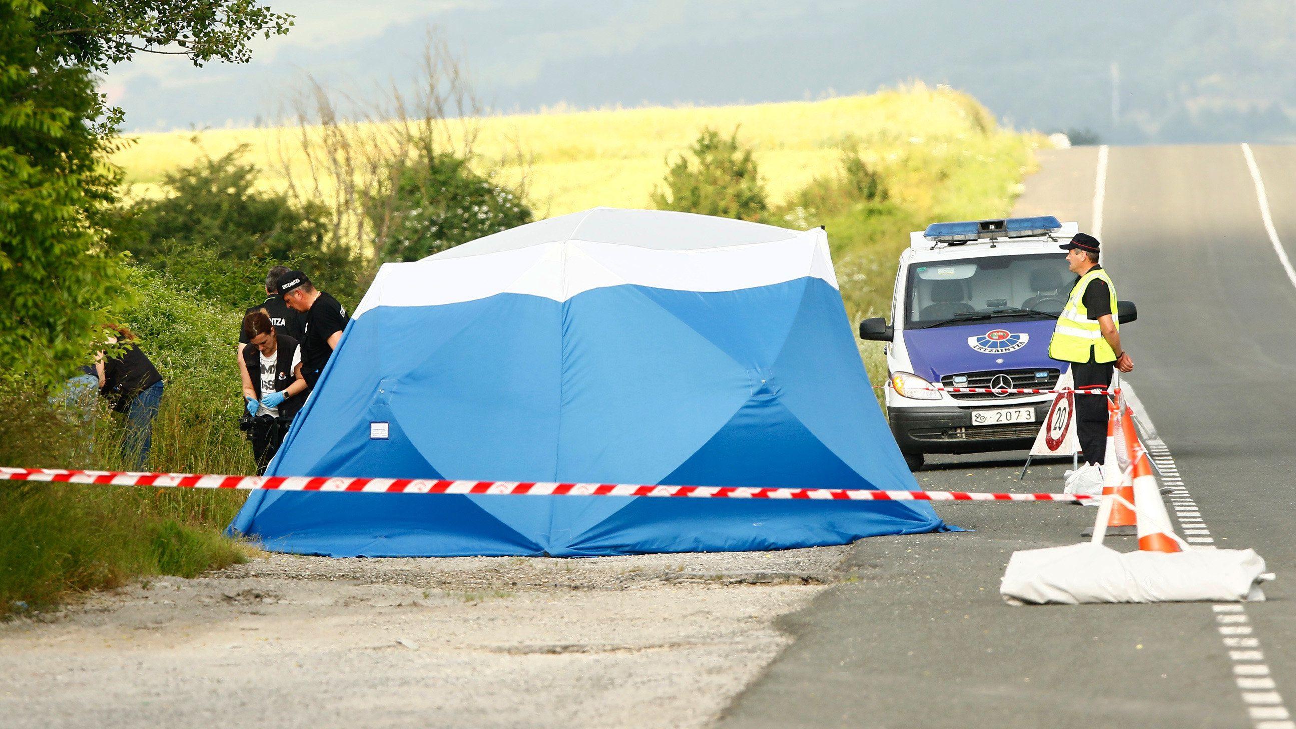 Am Rande einer Fahrbahn haben Polizisten einen Bereich für die Spurensicherung abgesperrt.