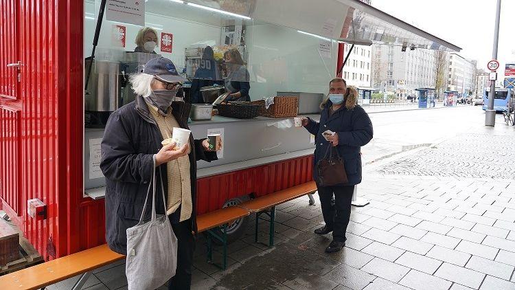 Die mobile Münchner Korbinian-Küche gibt warme Mahlzeiten und Getränke an Bedürftige aus.
