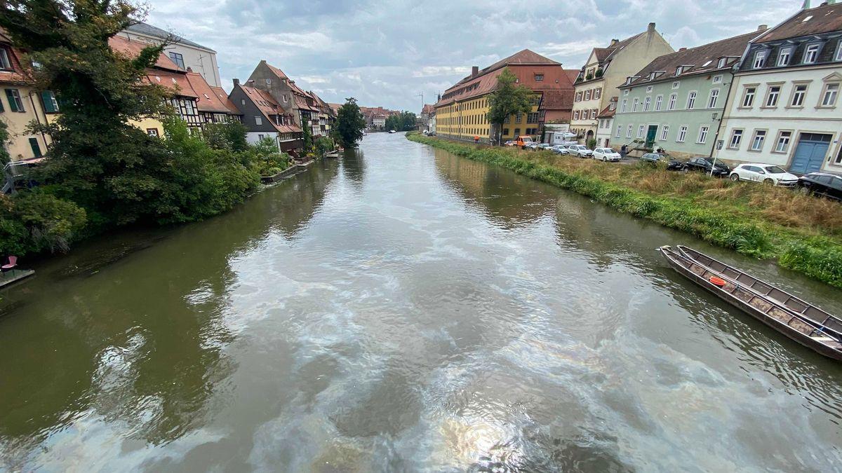 Ölfilm auf der Regnitz in Bamberg.