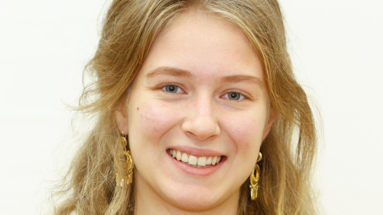 Die Studentin Lea Höhn ist 19 Jahre alt, besucht gerne Kunstausstellungen und geht gerne ins Theater.
