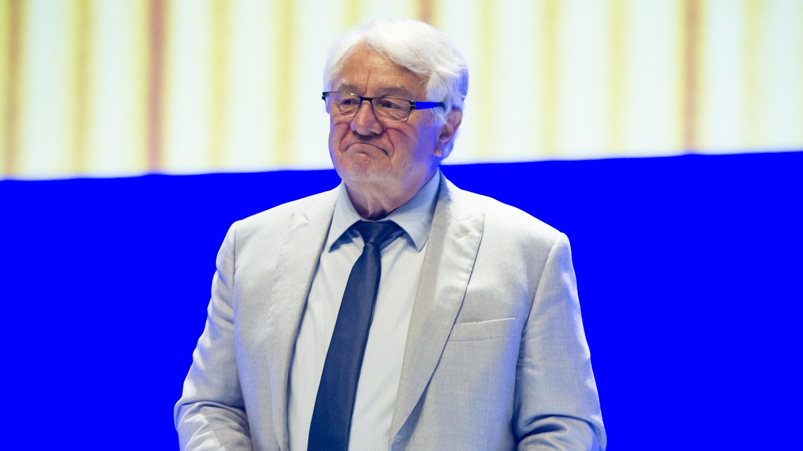 Hasso Plattner, Vorsitzender Aufsichtsrat von SAP,bei einer Hauptversammlung in Mannheim. Er trägt einen hellen Anzug.