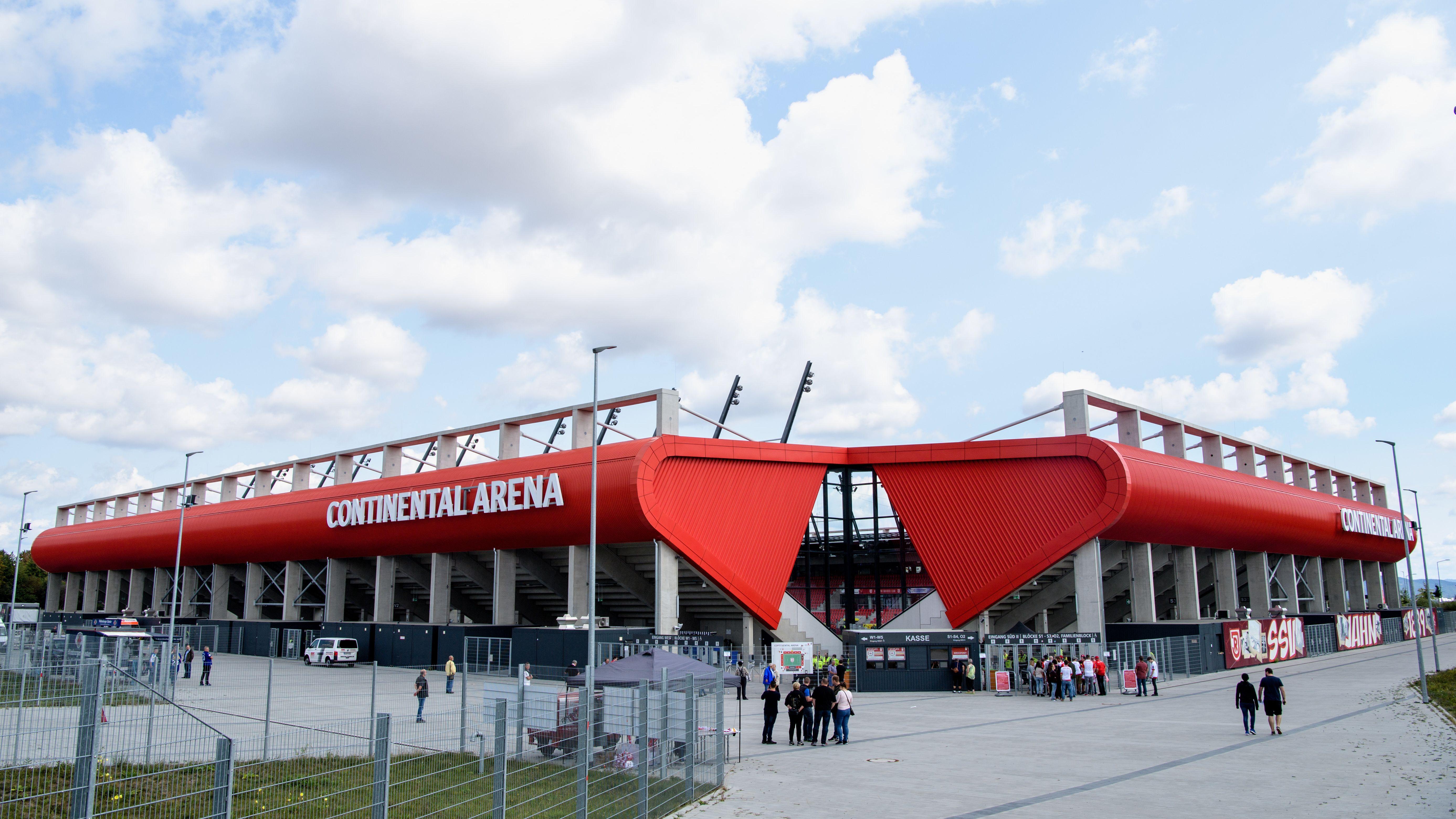 """So sah die Regensburger Fußball-Arena noch vor wenigen Monaten aus, mit """"Continental""""-Schriftzug. Bald wird sie einen neuen Namen tragen."""