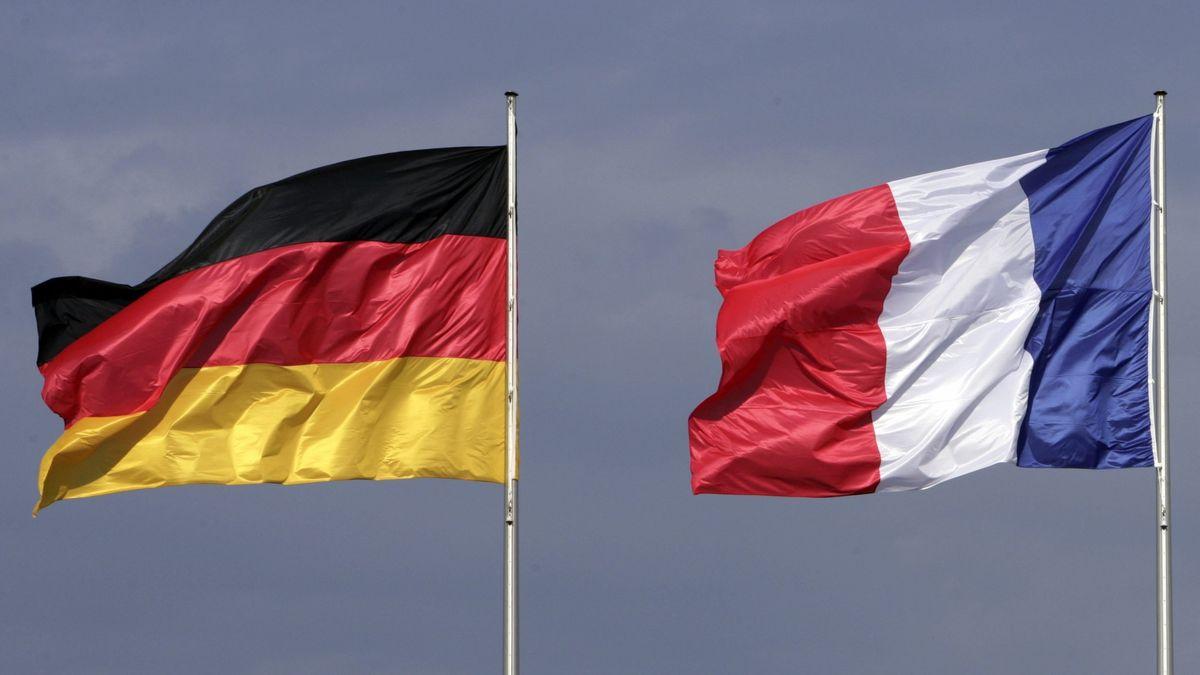 Deutsche Flagge und französische Trikolore im Wind