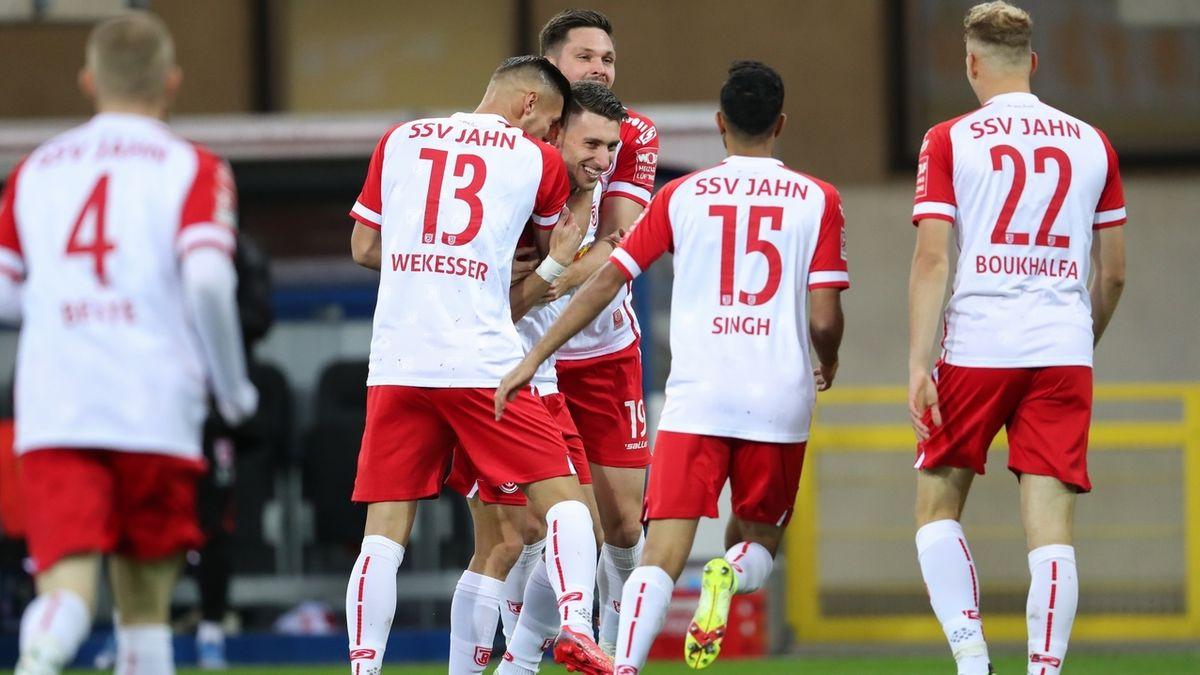 Regensburger Spieler feiern ein Tor in Paderborn