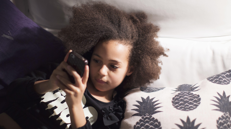 Mädchen mit Smartphone.