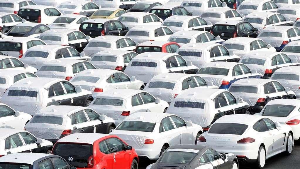 Unterschiedliche neue Auto-Modelle stehen auf einem Autoterminal