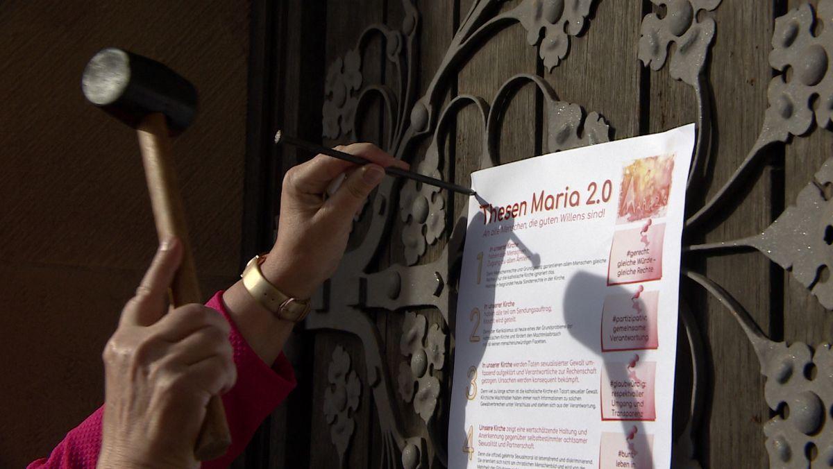 Die katholische Frauenbewegung Maria 2.0 schlägt in Würzburg Thesen an Kirchentüren