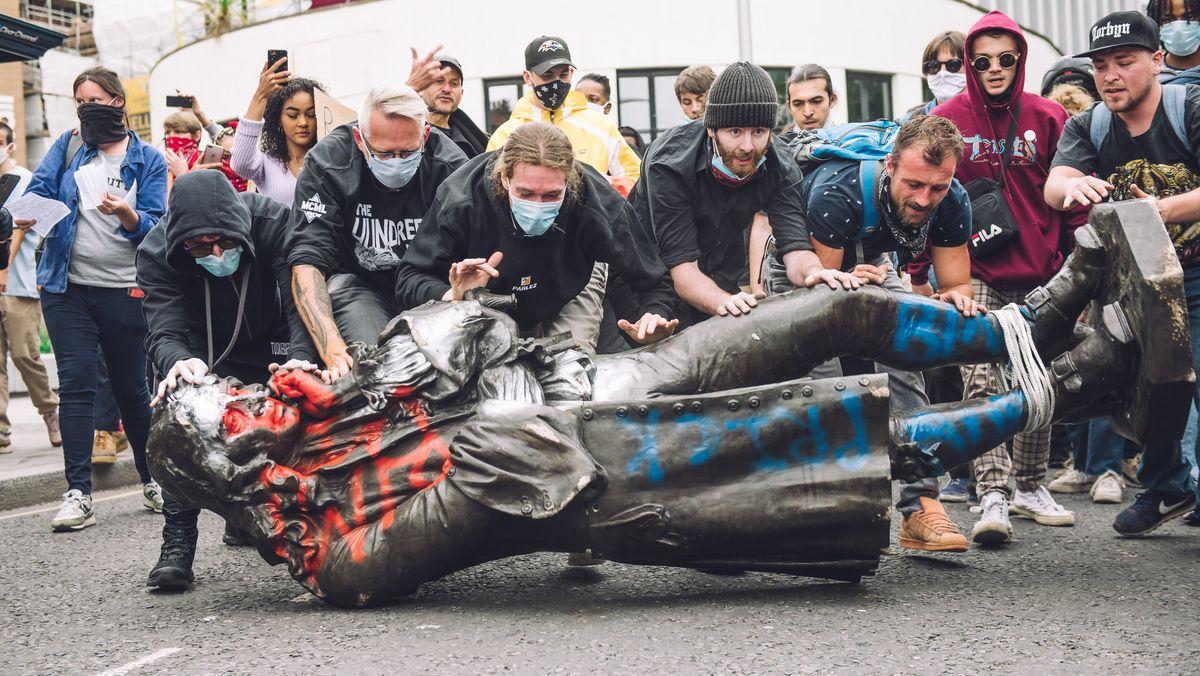 Demonstranten schaffen die gestürzte Statue von Edward Colston zum Hafenbecken in Bristol